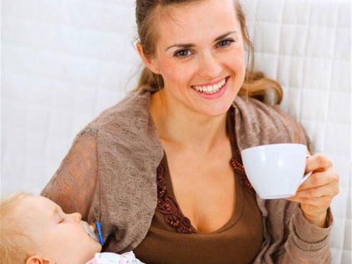 Мама с ребенком пьет чай