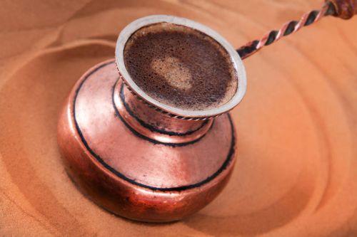 Кофе с пеной в турке на песке