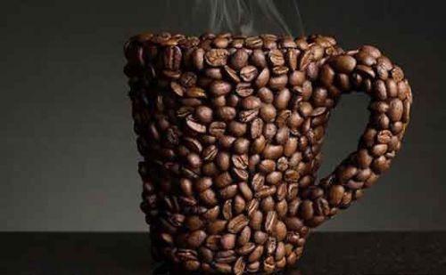 Кружка, украшенная кофейными зернами