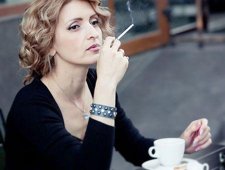 Курение за чашкой кофе