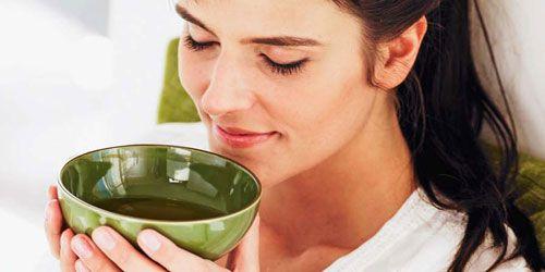 Женщина пьет витаминный чай