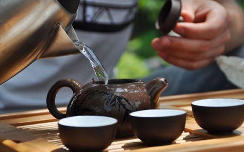 Заваривание чая в керамическом чайнике