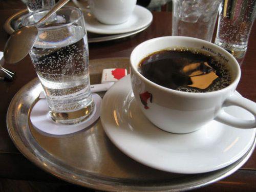 Чашка кофе и стакан воды