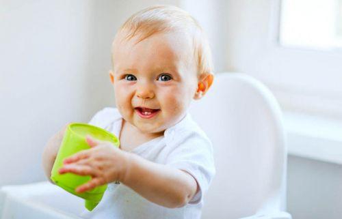 Младенец с кружкой