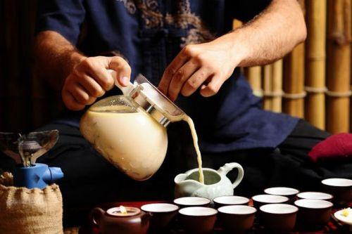 Разливание чая по чашкам