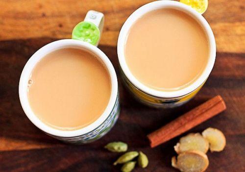 Чашки с чаем с молоком