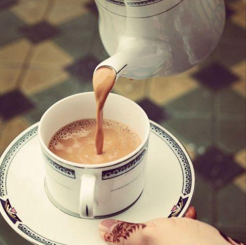 Чай с молоком из чайника