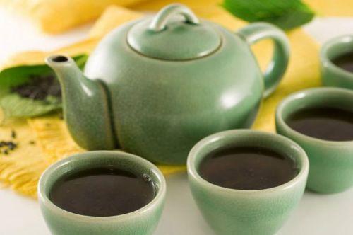 Чайник и чай в чашках