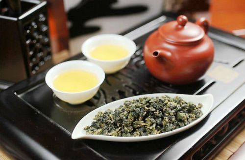 Чайник и чашки с чаем улун