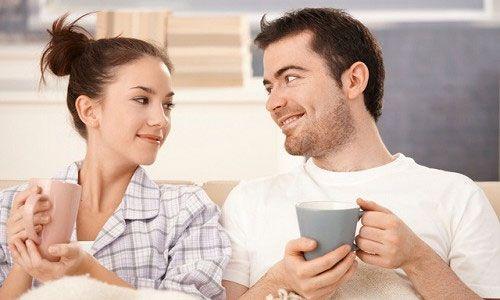 Мужчина с женщиной пьют чай