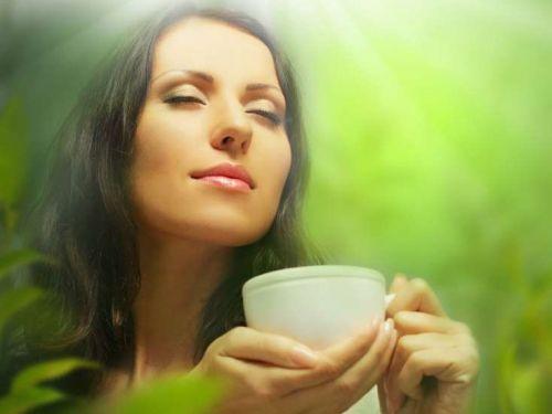 Девушка наслаждается чаем