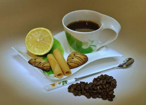 Чашка кофе, лимон, печенье