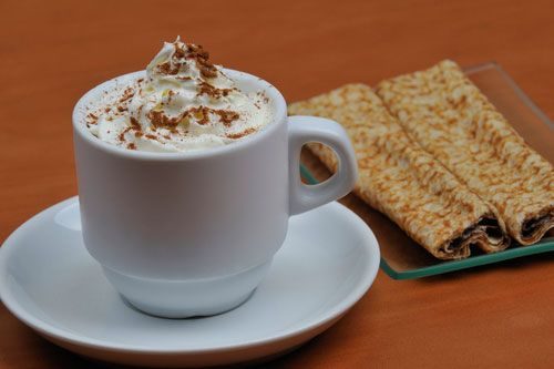 Кофе со сливками и тертым шоколадом