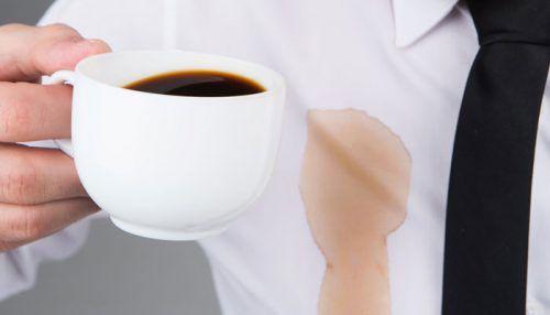 Кофейное пятно на белой одежде