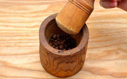 Перемалывание кофе в ступке