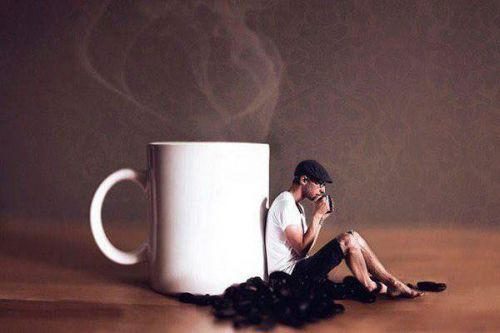 Мужчина злоупотребляющий кофе