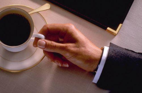 Мужчина за чашкой кофе