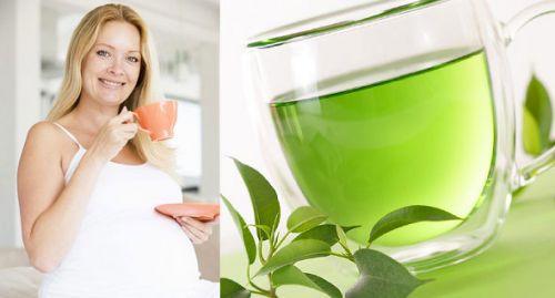 Беременная женщина пьет зеленый чай