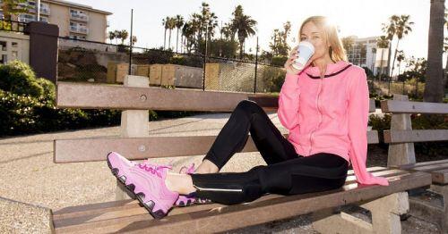 Спортсменка пьет кофе