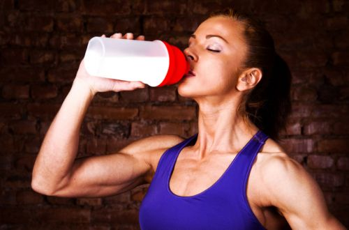 Спортсменка пьет воду