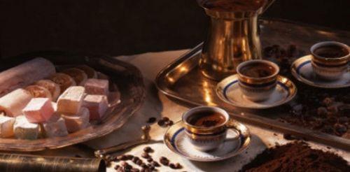 Кофе в чашках и восточные сладости