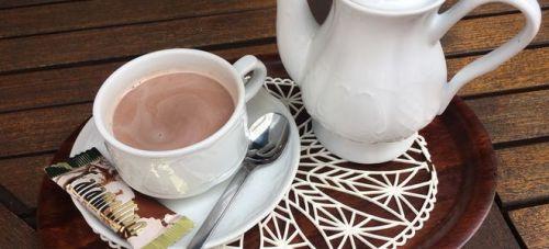 какао в белой посуде