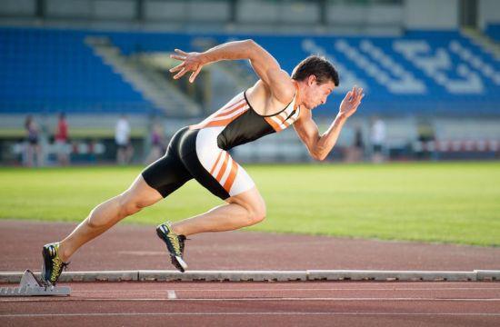 Спортсмен на беговой дорожке