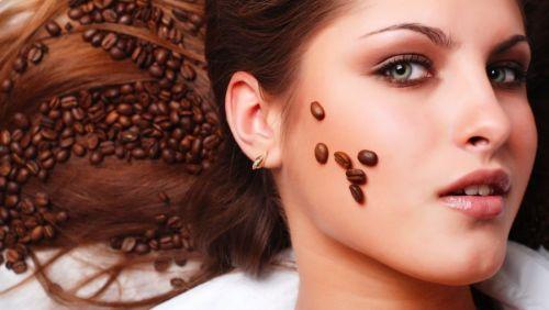 девушка и зерна кофе