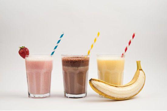 Коктейли с бананом, какао, клубникой