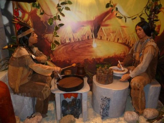 Индейцы трут какао-бобы