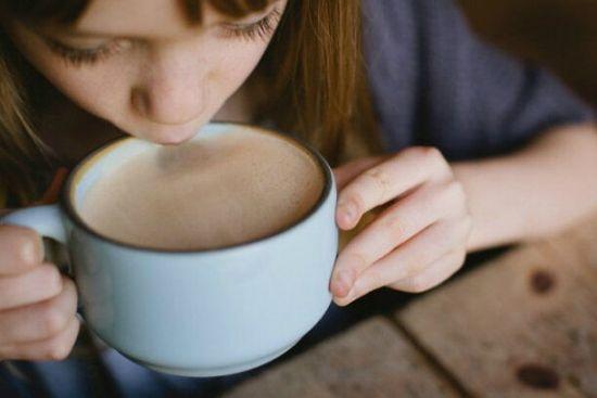 Девочка пьет шоколад