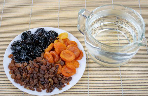 Сухофруты на тарелке
