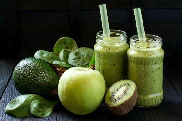 Смузи с авокадо, киви и яблоком