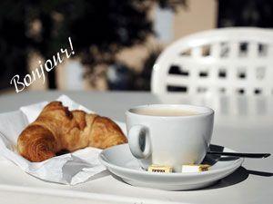Чашка кофе и круассан
