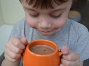 Ребенок с чашкой какао