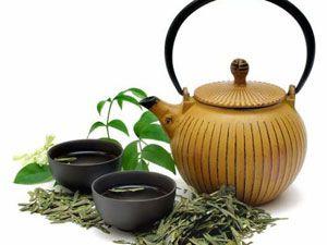 Чайник и чашки с чаем