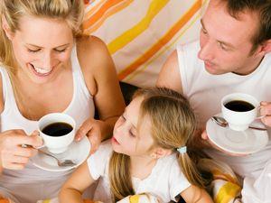 Семья за утренним кофе