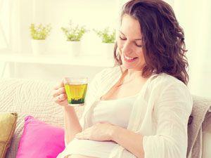 Беременная женщина с зеленым чаем