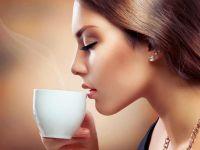 Девушка пьет из чашки