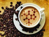 Кофейные зерна и чашка кофе с пенкой