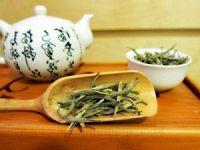 Чайник и чайные листы